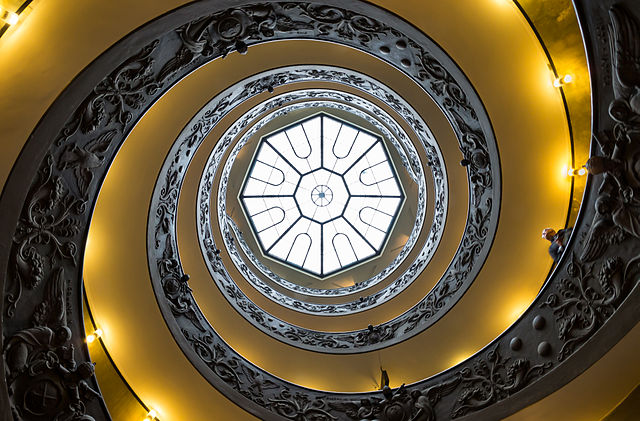 640px-Vatican_Museums_Spiral_Staircase_Looking_Up_2012